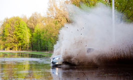 El coche fuerza el agua fotos de archivo
