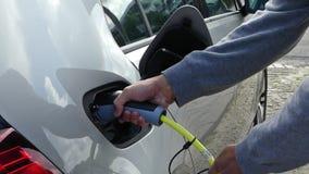 El coche híbrido eléctrico tapa en la estación de carga almacen de video