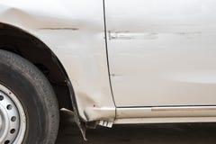 El coche ha rasguñado con el daño profundo a la pintura, accidente de tráfico encendido imagen de archivo