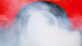 El coche hace que los neumáticos calientan con humo almacen de metraje de vídeo