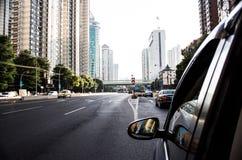 El coche hace su manera abajo de una carretera china en Shangai Fotografía de archivo