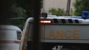 El coche médico que gira la sirena enciende, cuida ir a ahorrar las vidas, primeros auxilios almacen de metraje de vídeo