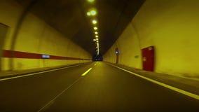 El coche monta en el autobahn a1 en Croacia y conduce en un túnel almacen de metraje de vídeo
