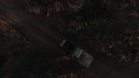 El coche monta en la oscuridad en la sabana almacen de video