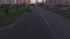 El coche negro tira en el camino y pasó el horizonte metrajes