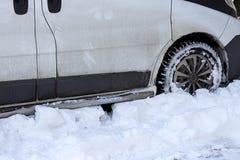 El coche no se limpia el camino de la nieve en invierno Imágenes de archivo libres de regalías