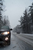 El coche paró en el encintado durante las nevadas imagenes de archivo
