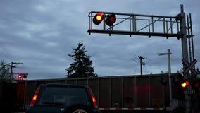 El coche paró en las barreras ferroviarias del paso a nivel y las luces que destellaban para el tren