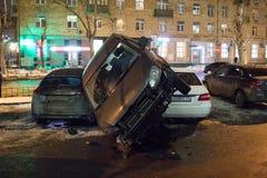 El coche parqueó en el tejado de los otros dos Foto de archivo