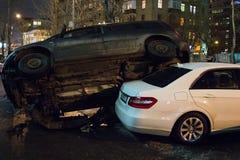 El coche parqueó en el tejado de los otros dos Fotografía de archivo libre de regalías