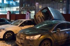 El coche parqueó en el tejado de los otros dos Imagenes de archivo