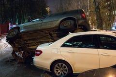El coche parqueó en el tejado de los otros dos Imagen de archivo