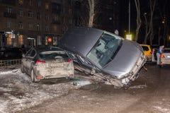 El coche parqueó en el tejado de los otros dos Fotos de archivo