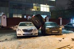 El coche parqueó en el tejado de los otros dos Fotos de archivo libres de regalías