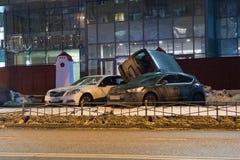 El coche parqueó en el tejado de los otros dos Fotografía de archivo
