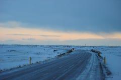 El coche pasó cerca en la carretera de circunvalación en el invierno Islandia fotografía de archivo