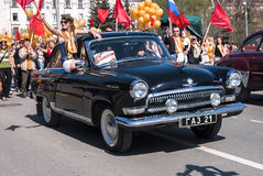 El coche pasado de moda GAZ-21 participa en desfile Foto de archivo libre de regalías