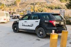 El coche policía de Jordania en la entrada al Petra imagenes de archivo