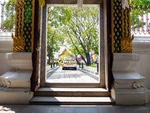 El coche policía en el templo, toma el cuidado de la seguridad, Bangkok, Tailandia foto de archivo libre de regalías
