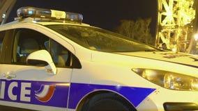 El coche policía francés parqueó cerca de la torre Eiffel, polis que vigilaban seguridad en París almacen de metraje de vídeo