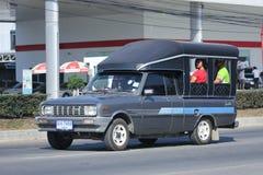 El coche privado, familia de Mazda mini coge el camión Fotos de archivo
