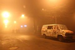 El coche quebrado permanece abajo de la carretera en la niebla del invierno Fotos de archivo libres de regalías