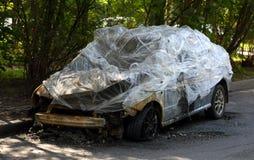 El coche quemado imagenes de archivo