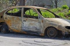 El coche quemado parqueó en la vista lateral de la calle Imágenes de archivo libres de regalías