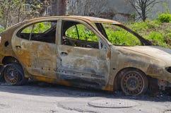El coche quemado parqueó en la vista lateral de la calle Imagenes de archivo