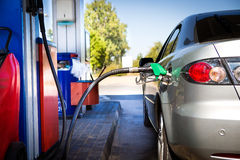 El coche reaprovisiona de combustible Fotos de archivo libres de regalías