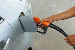 El coche reaprovisiona de combustible Fotos de archivo