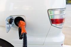 El coche reaprovisiona de combustible Fotografía de archivo libre de regalías