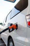El coche reaprovisiona de combustible Foto de archivo libre de regalías