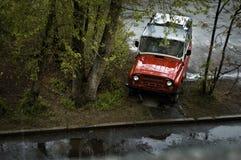 El coche rojo en la yarda Imagen de archivo