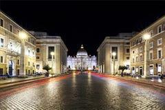 El coche rojo se enciende en el frente de la noche del Vaticano Foto de archivo