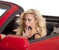 El coche rubio del teléfono de la mujer asustó Imagen de archivo libre de regalías