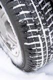 El coche rueda adentro nieve Foto de archivo libre de regalías