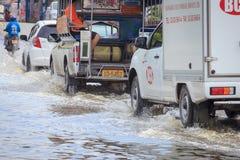 El coche salpica a través de un charco grande en una calle inundada fotografía de archivo libre de regalías