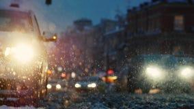 El coche se coloca en luz de emergencia durante una nevada metrajes