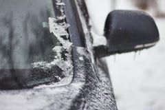 El coche se cubre totalmente con hielo después de lluvia sobrefundida Foto de archivo
