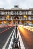 El coche se enciende en el frente de la noche del palacio de la justicia en Roma Imagen de archivo libre de regalías