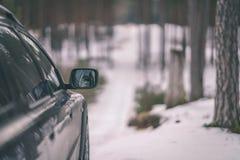 el coche se pegó en la nieve - la apariencia vintage corrige Foto de archivo libre de regalías