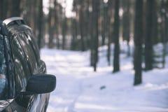 el coche se pegó en la nieve - la apariencia vintage corrige Imagen de archivo libre de regalías