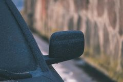el coche se pegó en la nieve - la apariencia vintage corrige Foto de archivo