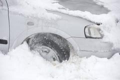 El coche se pegó en nieve Fotografía de archivo