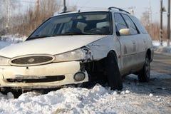 El coche se rompió, necesidad de poner el neumático de repuesto, una emergencia en el camino en invierno, camino peligroso del in Imagen de archivo libre de regalías