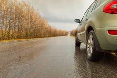 El coche sucio en el lado del camino después de la lluvia Foto de archivo libre de regalías