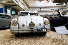 El coche Tatra 77 A a partir del año 1937 se coloca en museo técnico nacional Foto de archivo libre de regalías