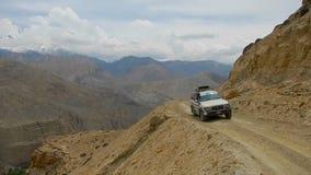 El coche va en un camino peligroso de la montaña almacen de video