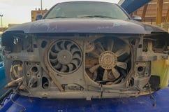 El coche viejo arruinó su frente Primer de un coche abandonado en ruinas y oxidado El arte del coche usado abandonado foto de archivo